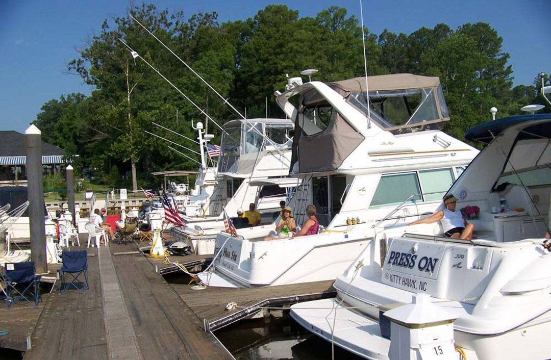 HYC Power Cruisers enjoying the camaraderie at a Chesapeake Bay marina